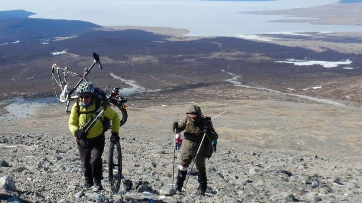 Путешественник-велосипедист поднялся на знаменитый пик на границе с Монголией в 3500 метров высотой