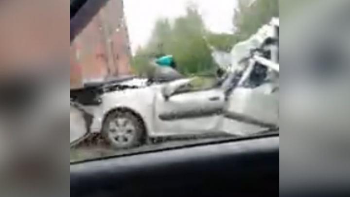 На ярославской трассе грузовики сплющили легковушку: один человек погиб, двое пострадали