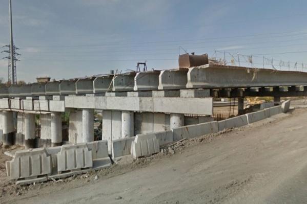 Мост начали строить ещё в 2015 году. Сейчас он выглядит примерно так