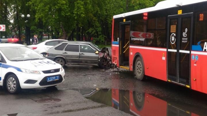 На Первомайской пьяный водитель «Лады» влетел в авиаэкспресс: пострадали четыре человека