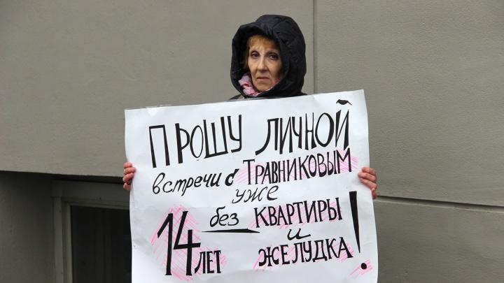 Отдали все деньги, а квартир нет: две женщины устроили одиночные пикеты у здания правительства