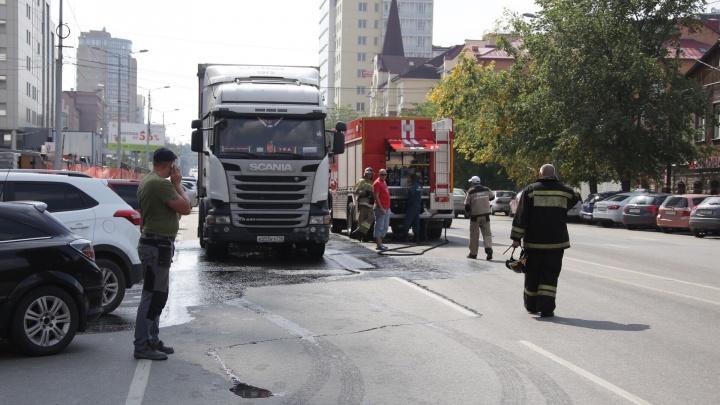 «В воздухе запах солярки»: в центре Челябинска крышка люка пробила бак большегруза с игрушками