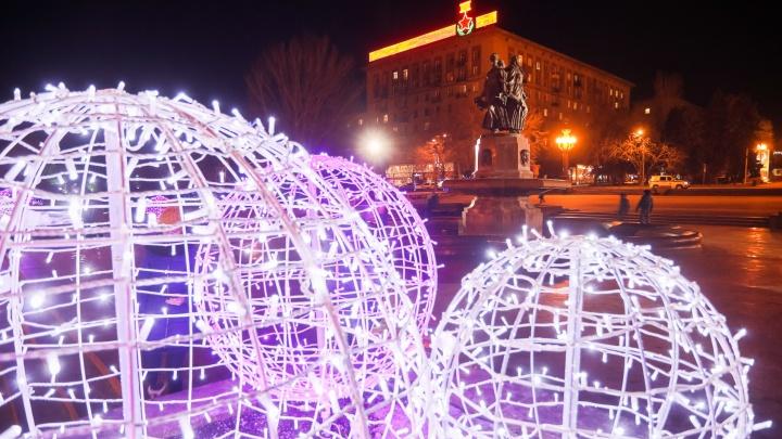 Большую парковку на главной площади Волгограда расчистят ради елки и резиденции Деда Мороза