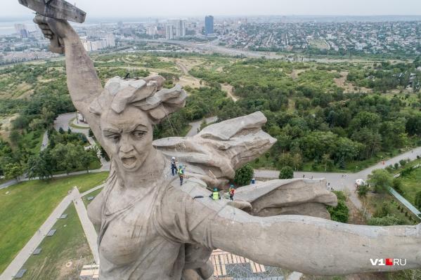 Сильный ветер не испугал рабочих, которым нужно было подняться на высоту 187 метров над землёй