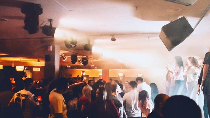 «Танцевать на столах уже нельзя»: на месте легендарного бара «Иксы» открылось новое заведение