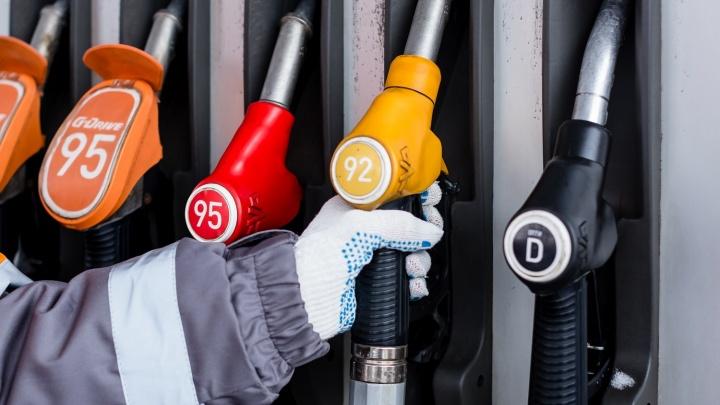 В Новосибирске подешевел бензин: скидка составила 1 рубль