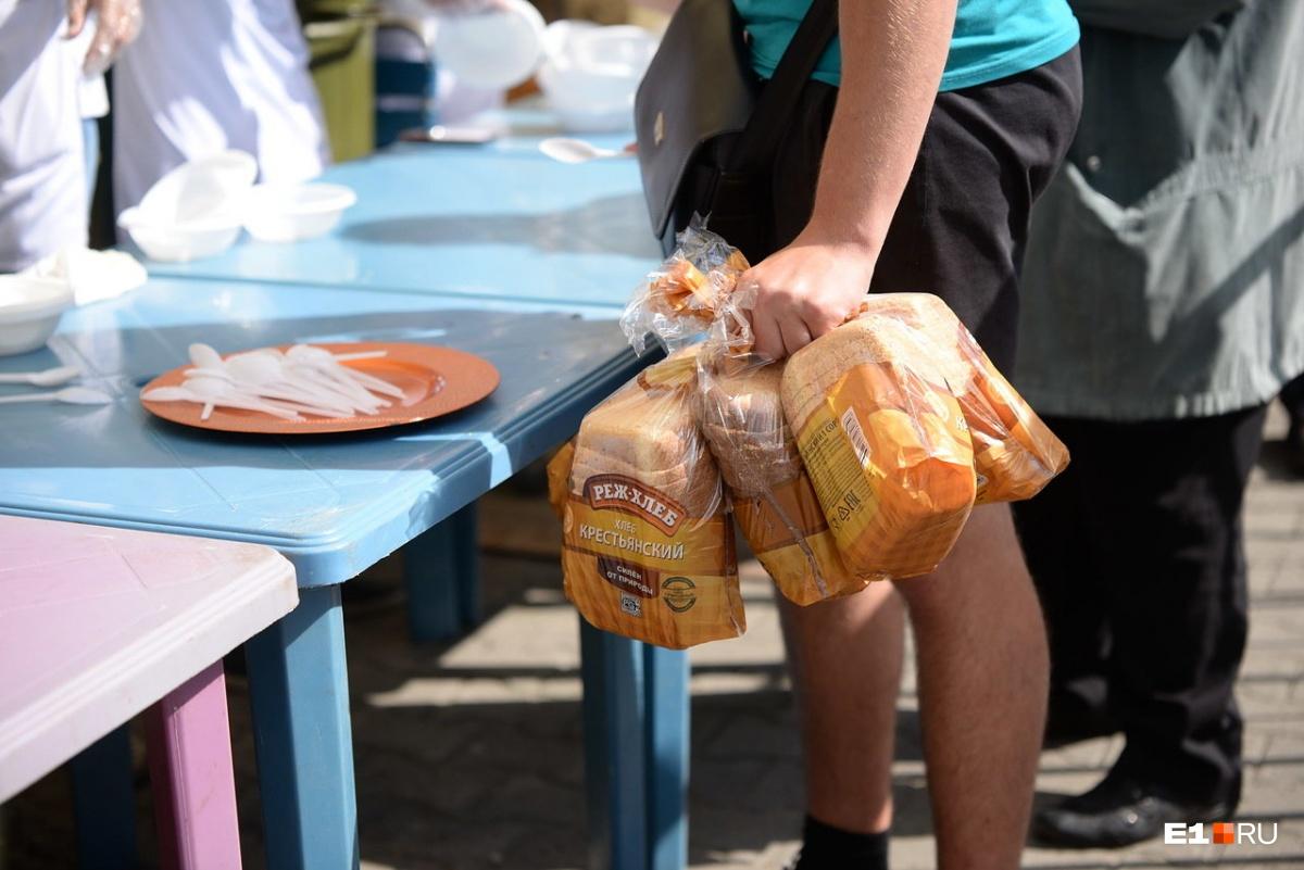 Самые запасливые брали с собой по несколько упаковок бесплатного хлеба