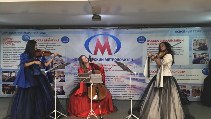 Скрипачки спустились в переход метро, чтобы дать необычный концерт