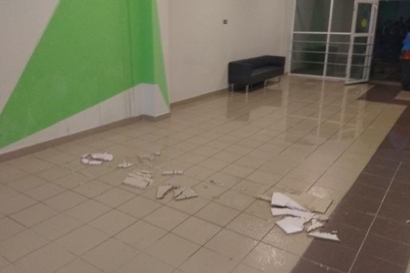 Из-за коммунальной аварии с потолка в коридоре отпала плитка