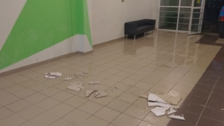 С потолка течет вода и падает плитка. Из-за коммунальной аварии в школе Перми отменили часть уроков