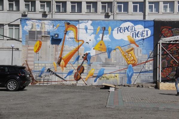 Граффити начали рисовать неделю назад