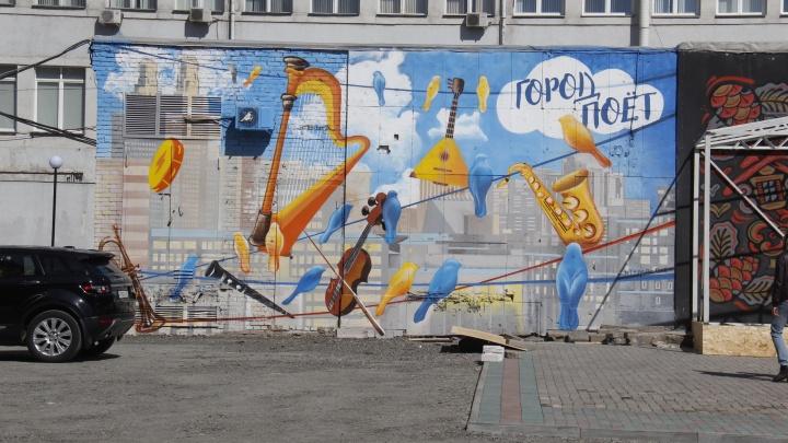 Фото: за гостиницей «Центральной» появились новые граффити