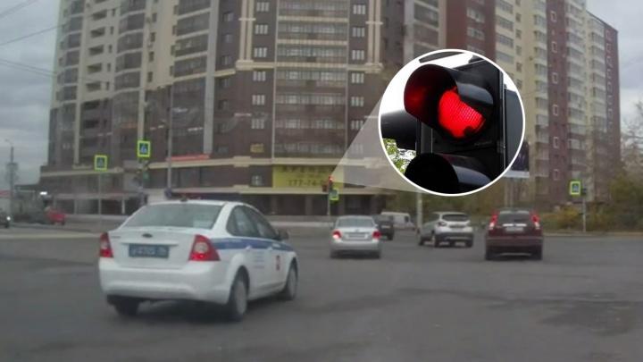 Нарушение месяца: невидимый таксист, бешеный HOWO и полицейские на красный