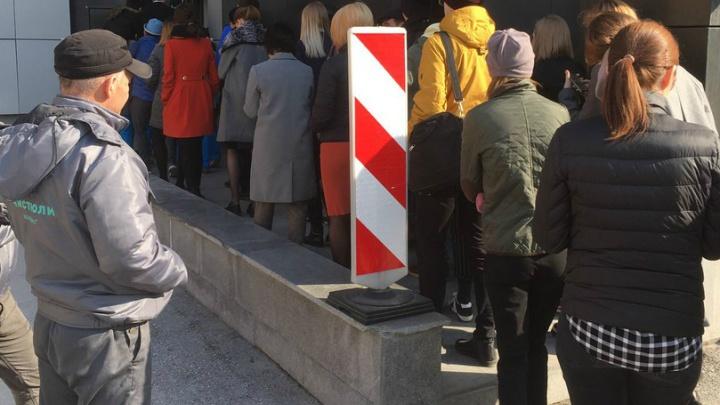 «Вы бы слышали их сирену»: три сотни человек эвакуированы из бизнес-центра «Хилтона»
