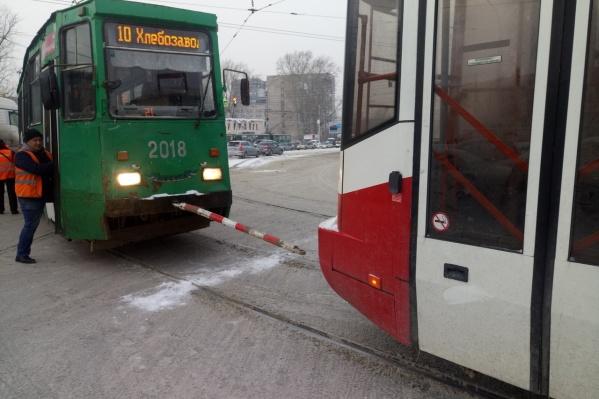 """Трамвай <nobr class=""""_"""">№ 10</nobr> встал из-за отсутствия электричества"""