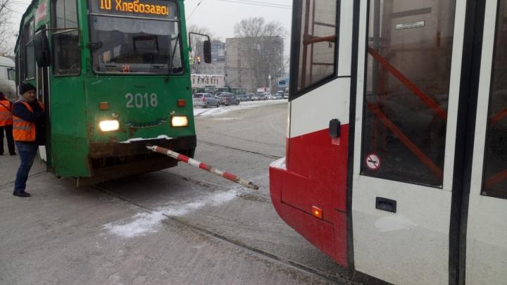 Трамвай остался без электричества, но въехал в грузовик при буксировке в Кировском районе (фото)