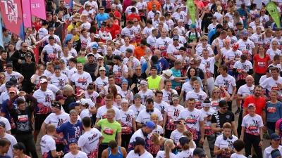 «В борьбе с самим собой»: смотрим, как красноярцы преодолевали дистанцию в 21 км в самый жаркий день