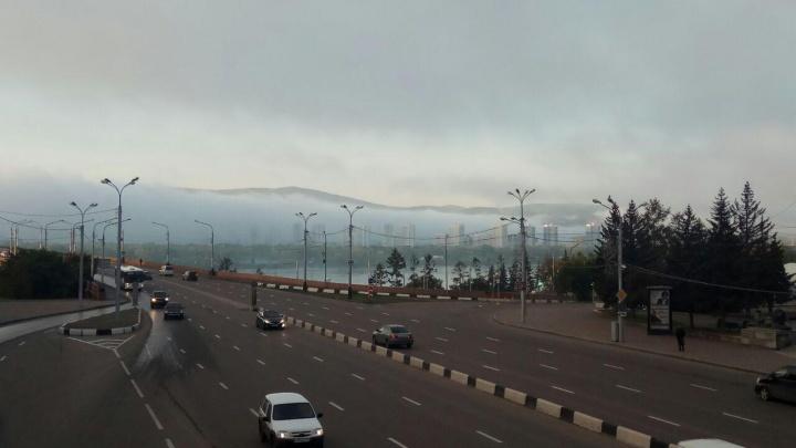 «Мы как ежики»: Красноярск заволокло густым туманом