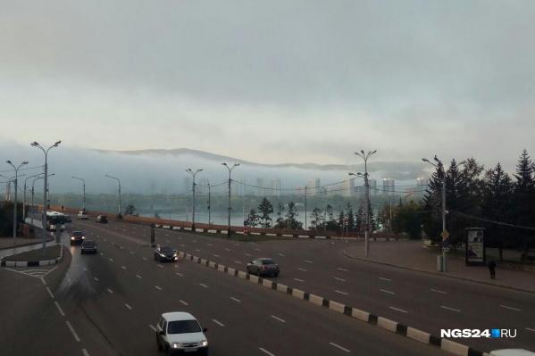 Сейчас густой туман укрывает преимущественно правый берег