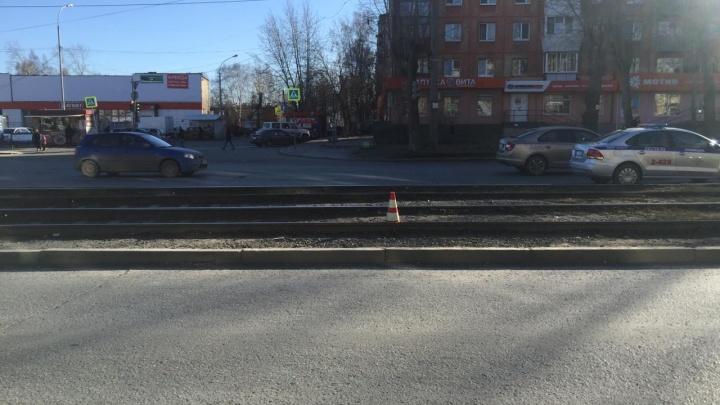 Школьник-зацепер упал на трамвайные пути во время движения и разбил голову
