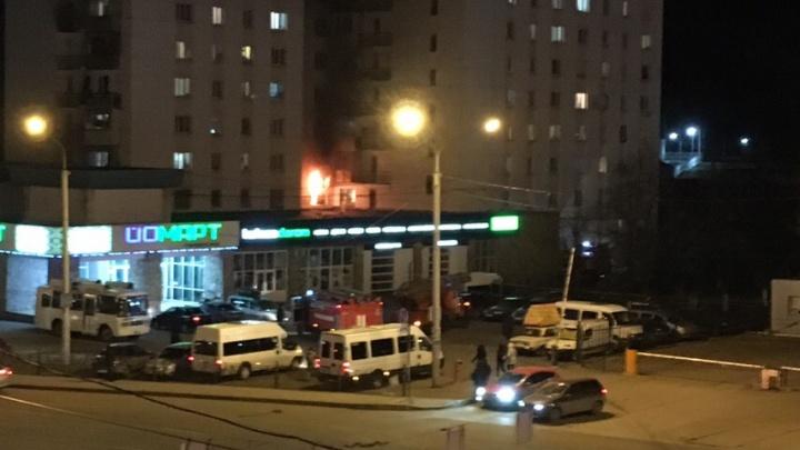 В Уфе в доме на улице Зорге горит квартира: спасатели эвакуируют жильцов