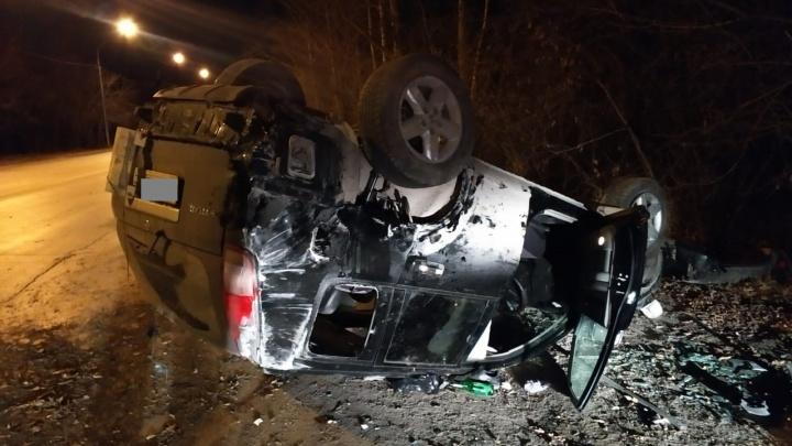 «Ниссан» перевернулся на крышу в Первомайке: водителя увезли в больницу