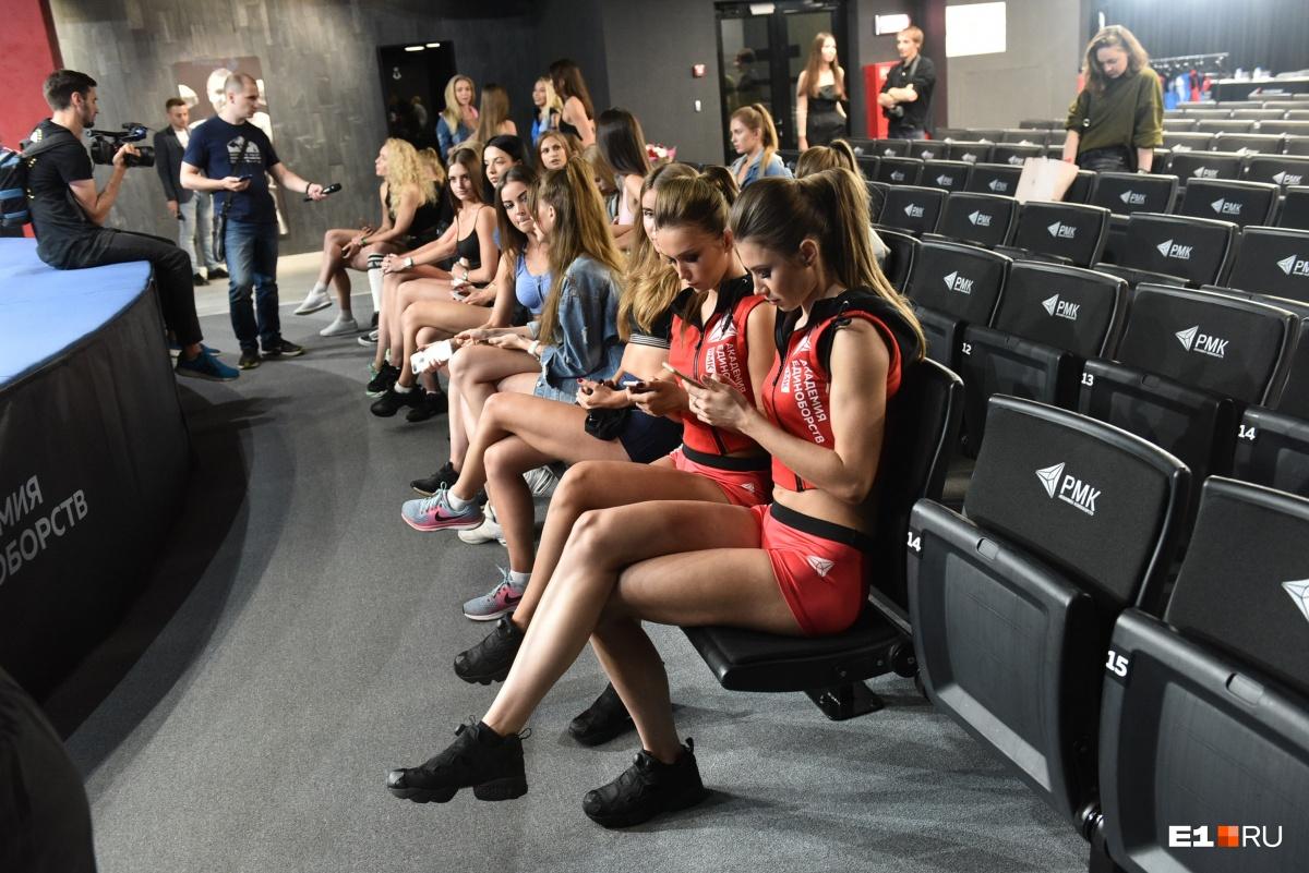 Пока судьи совещались, девушки фотографировались и общались с журналистами