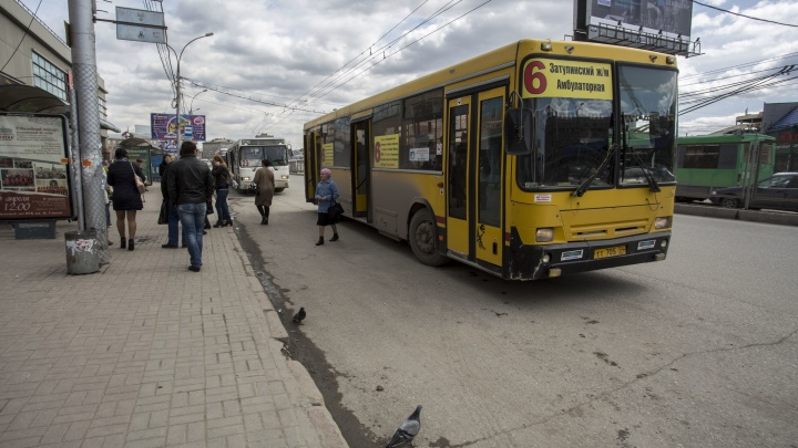 Агрессивный водитель автобуса распылил баллончик в лицо водителю троллейбуса