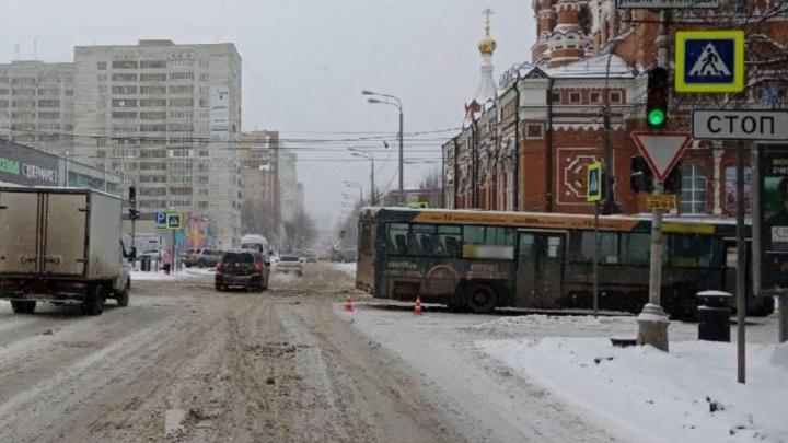 В центре Перми автобус сбил девушку, которая переходила дорогу на зеленый сигнал светофора