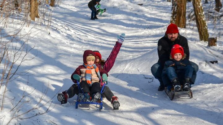 На санках, ледянках и пятой точке: 11 фото, как ростовчане радуются снегу и катаются с горок