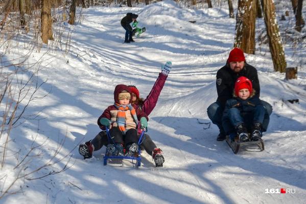 Ростовчане вышли на прогулку с детьми и сами радовались снегу, как дети