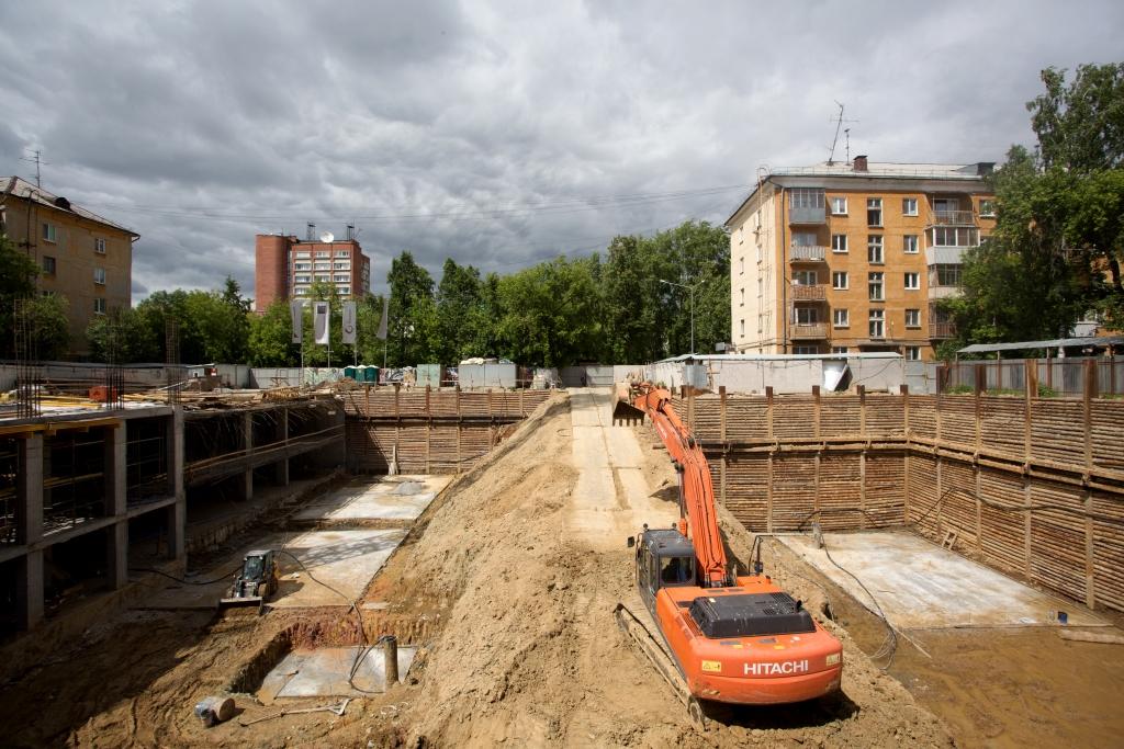 Строители заливают вертикальные плиты остова будущего здания