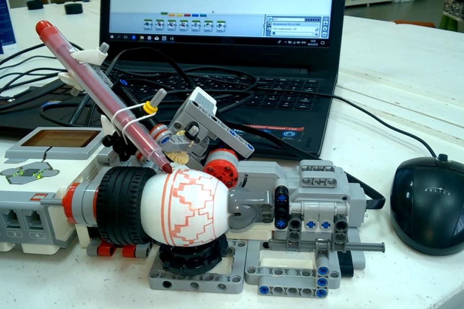 Робот раскрашивает яйцо за 30 секунд