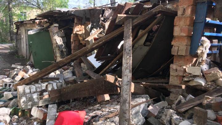 Двоих мальчишек придавило обрушившейся кирпичной стеной на Заречном бульваре
