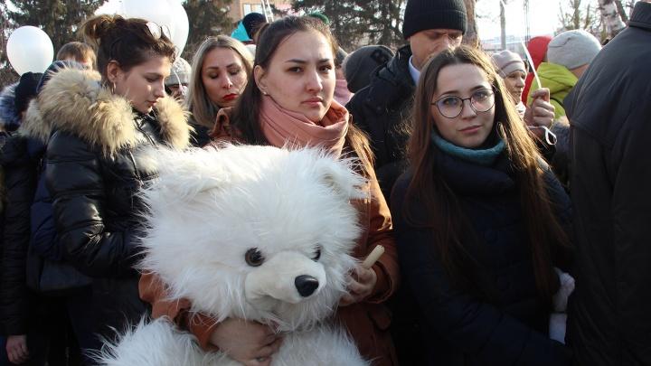 Плакал даже мужчина: фоторепортаж с омской акции памяти жертв пожара в Кемерово