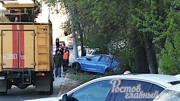 В Нахичевани BMW врезался в электрический столб