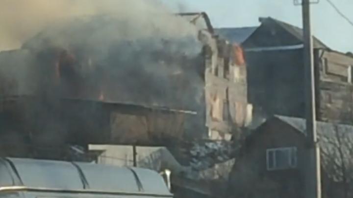 Под Уфой горит двухэтажный дом