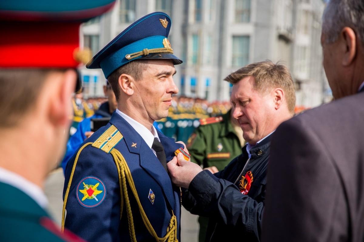 Мэр Анатолий Локоть награждает особо выдающихся военнослужащих
