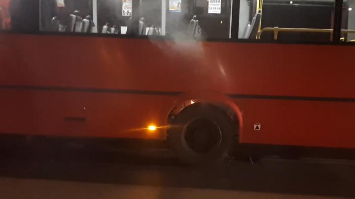 В Ярославле у маршрутки загорелось колесо. Очевидец спел про это песню