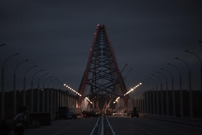 Поздним вечером 23 апреля спасателей вызвали на Бугринский мост — за его перилами стоял мужчина