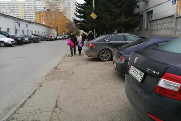 Тротуар есть только с одной стороны, но он заставлен машинами
