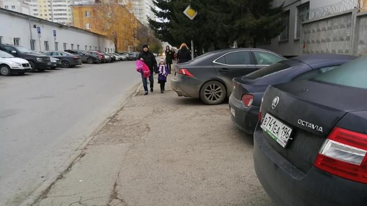 «Дети протискиваются между машинами»: родители начали войну со стоянкой у гимназии на Циолковского