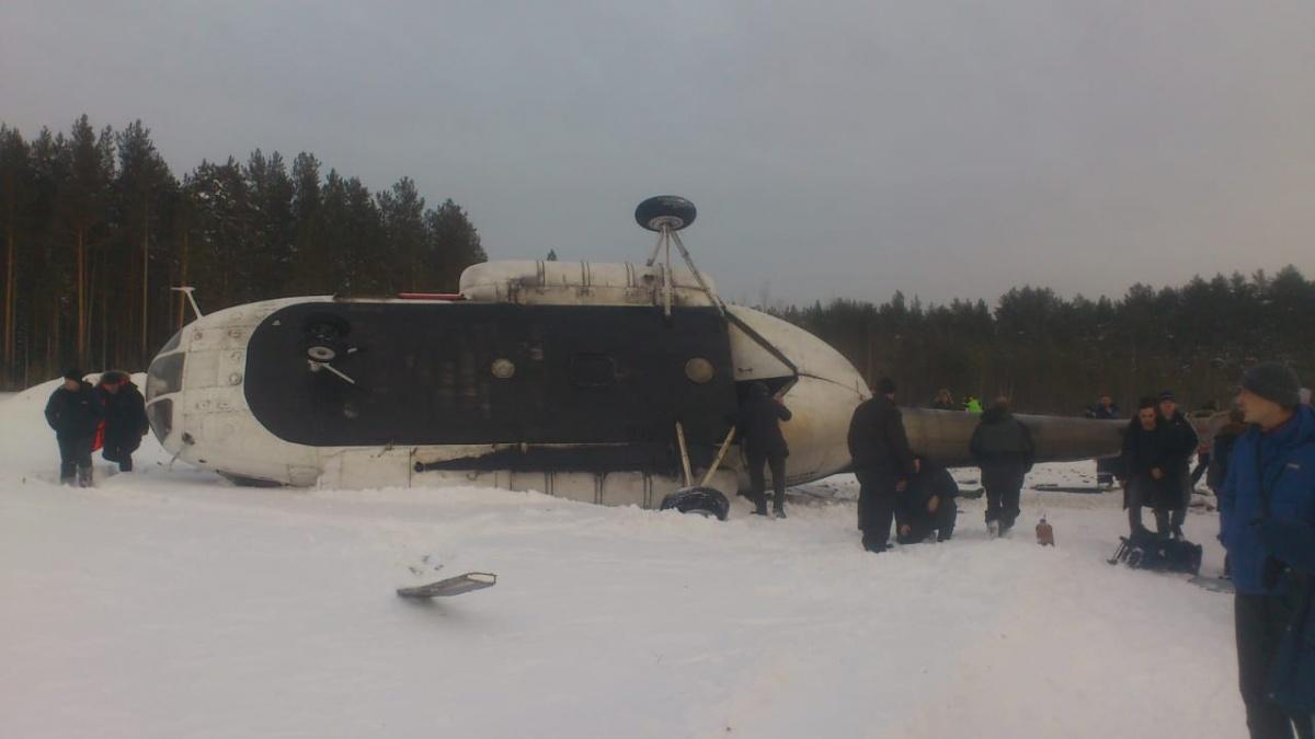 Вертолёт Ми-8Т завалился на бок во время жёсткой посадки