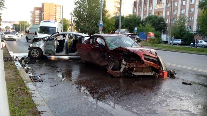 «Такси просто впечатали»: очевидцы рассказали подробности аварии на бульваре Гагарина