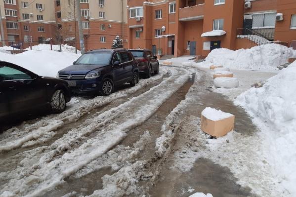 Вместо дорог — полузамороженные ручьи