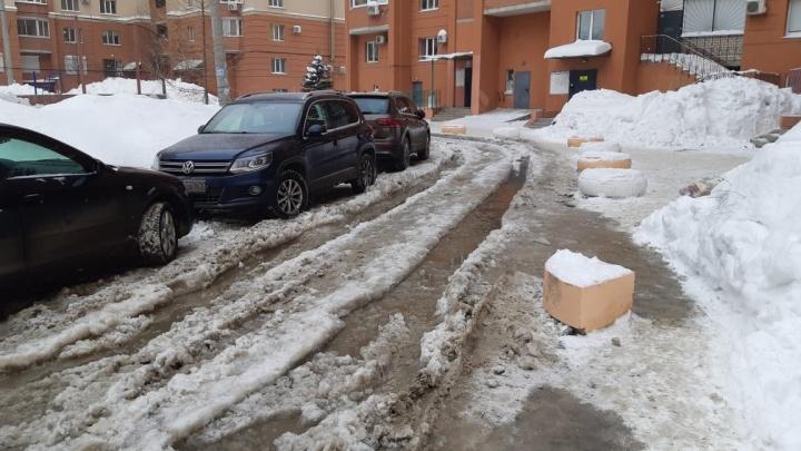 «Мы оказались в ледяном плену!»: на Шестой просеке затопило двор из-за прорыва водопровода