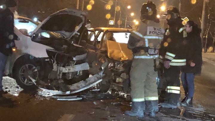 Рисковый маневр: в Ростове водитель «Шевроле» нарушил правила и протаранил автомобиль