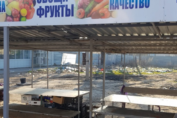 Пакеты горожане скидывают на территории центрального рынка