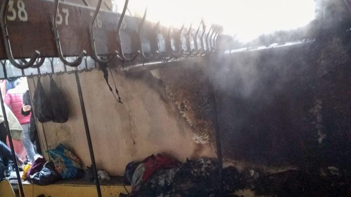 «Кто нам возместит убыток?»: у учеников пострадавшей от пожара школы сгорели вещи в раздевалке