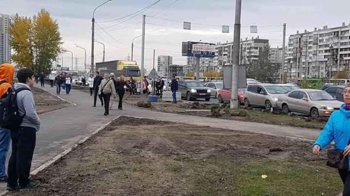 «Встали конкретно»: люди массово выходят из автобусов и идут пешком из-за пробки у «Планеты»
